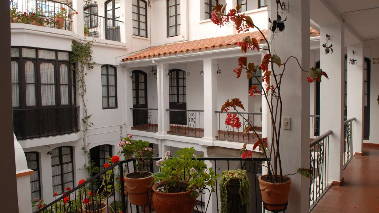 Rooms and courtyard, Hostal de su Merced, Sucre